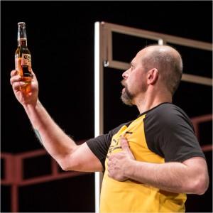 Karel vzhlizi k pivu Corona